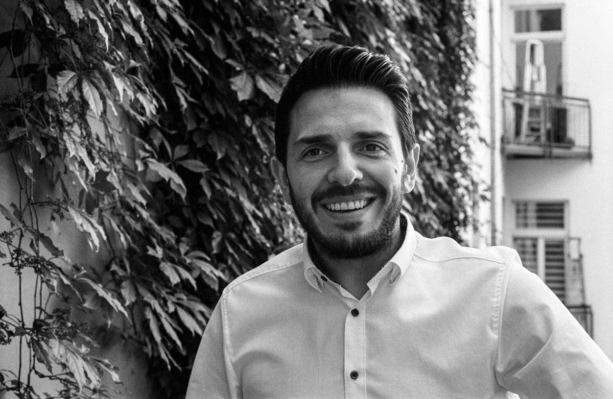 Dervis Hizarci ist 1983 in Berlin geboren und arbeitete als Lehrer an einer Kreuzberger Schule.