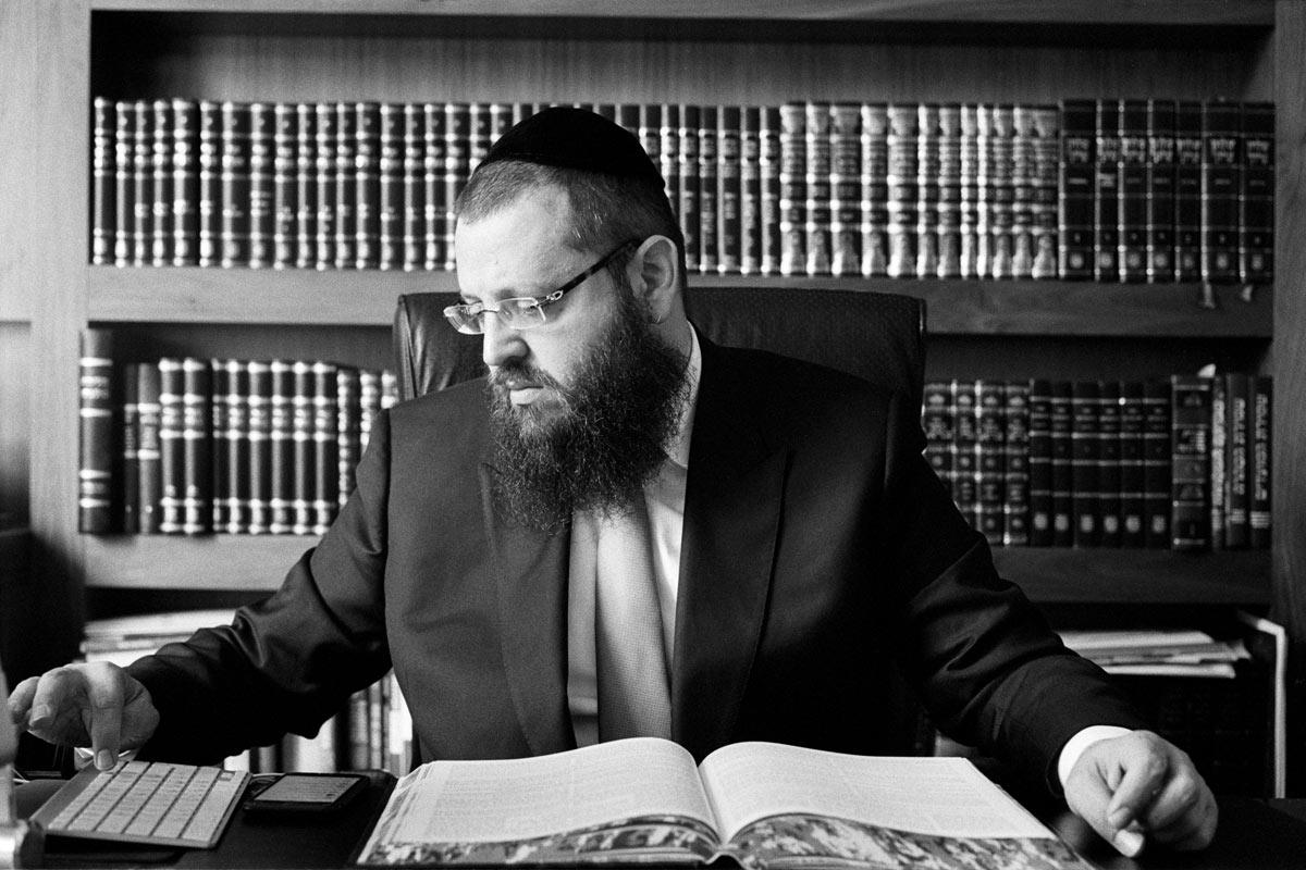 Yehuda Teichtal wurde 1972 in New York als Sohn einer traditionell lebenden jüdischen Familie geboren.