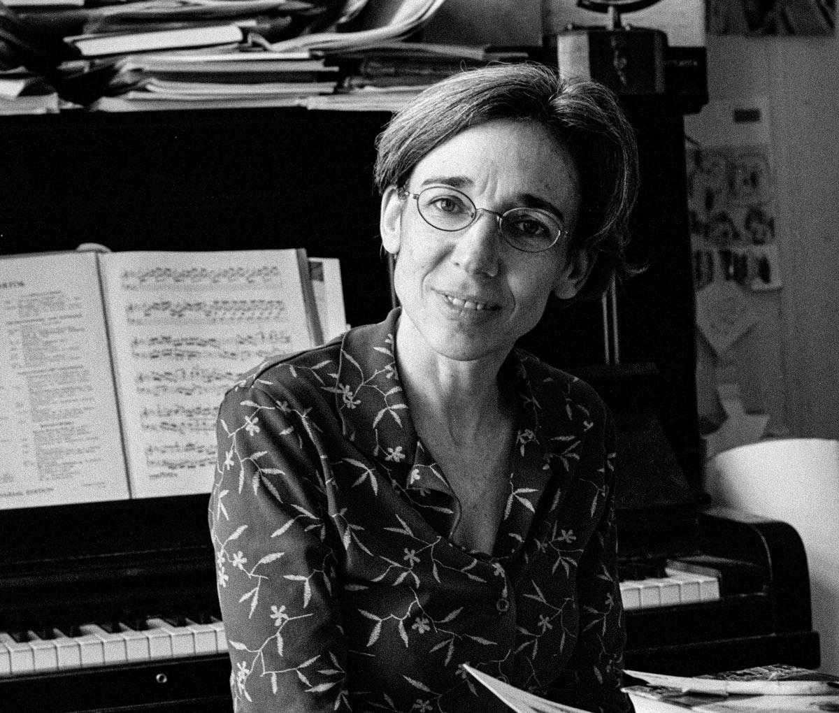 Esther Kontarski ist in Köln geboren und in Stuttgart aufgewachsen.