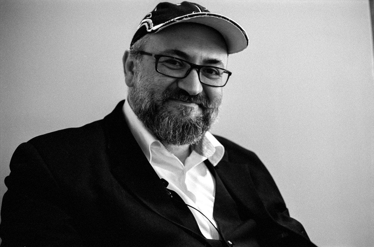 Leon Golzmann wurde 1971 in Kischinau, Moldawien geboren.
