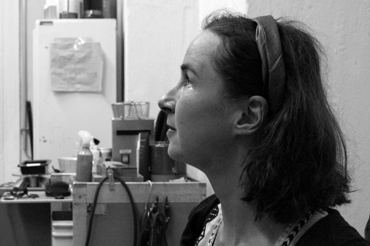 Rebekka Adler, geboren 1978 in Heidelberg, begann im Alter von sechs Jahren Bratschenunterricht zu nehmen. Heute ist sie Professorin für Viola (Bratsche) an der Universität der Künste und lebt in Berlin.