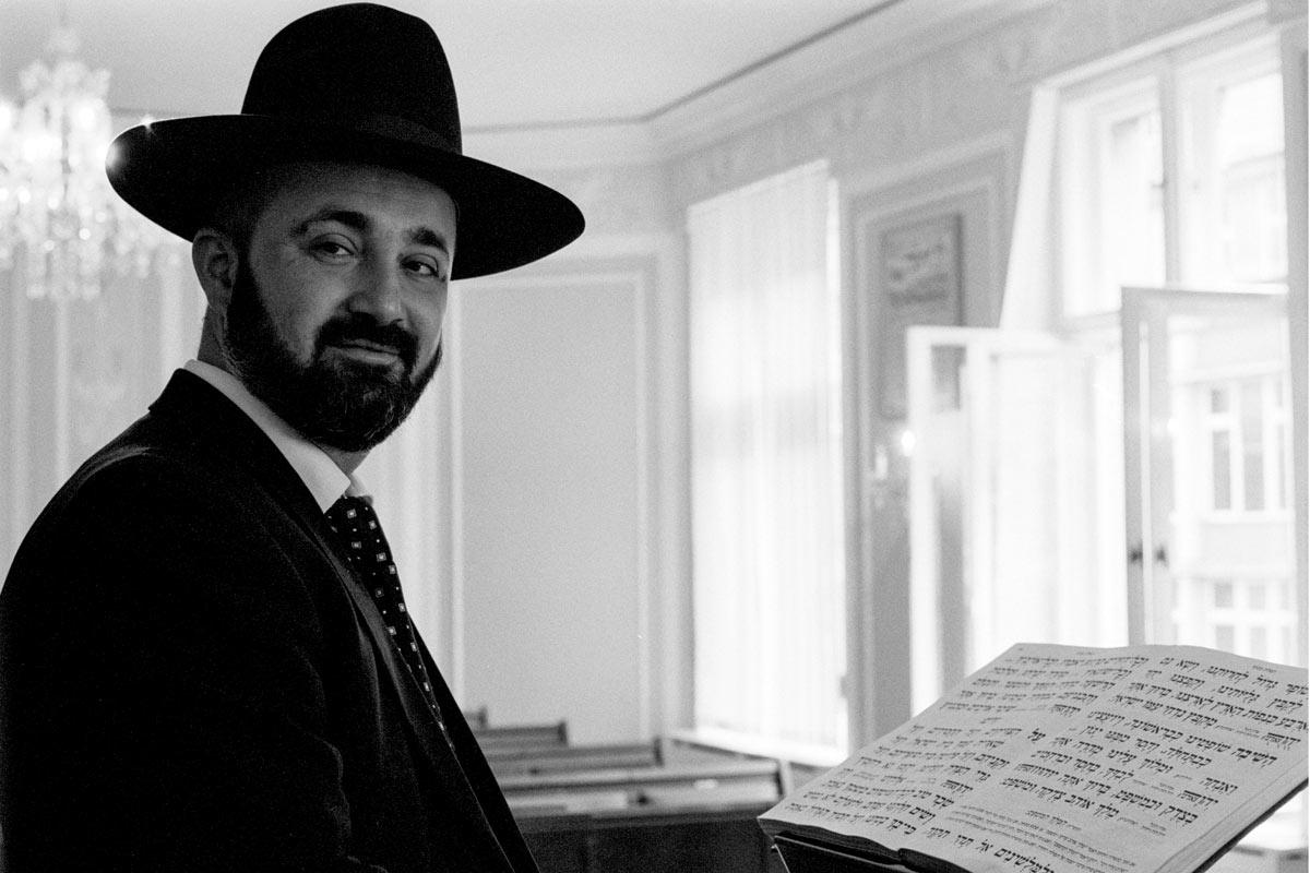 Reuven Yaacobov wurde 1977 in Termez, Usbekistan geboren.