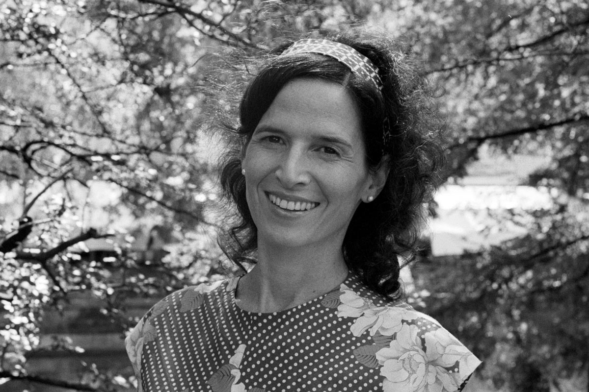 Tal Alon ist in Israel geboren und zog 2009 mit ihrem Mann und zwei Söhnen nach Berlin.